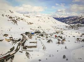 gudauri, georgia 2020- vista aérea da aldeia gudauri