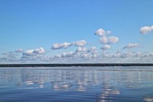 reflexo do céu no mar foto