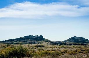 montanhas de pedra e céu azul com nuvens brancas foto
