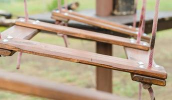 close-up de ponte pênsil de madeira foto