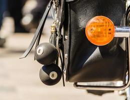 bolas de talismã em close-up de bolsa de couro de motociclista foto