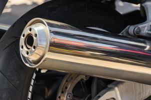 close-up de um cano de escapamento de motocicleta foto