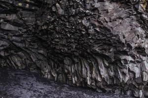 incrível caverna rochosa na Islândia foto