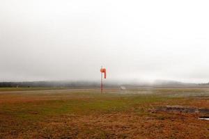 meia de vento em um dia de nevoeiro