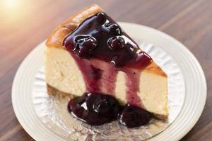 cheesecake de blueberry new york caseiro em um prato branco foto