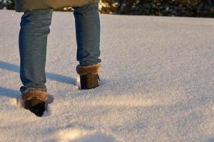 close-up de uma pessoa caminhando na neve
