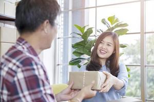mulher dando pacote para um homem