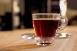 xícara de chá em um copo transparente