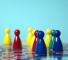 jogo de tabuleiro com peças coloridas