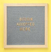Aceita-se aqui um quadro com texto bitcoin. conceito de pagamento bitcoin, compra ou compra e criptomoeda aceito