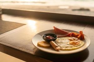 café da manhã americano em um fundo de mesa vintage de madeira velha