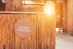 uma placa de sinalização dizendo propriedade privada pendurada