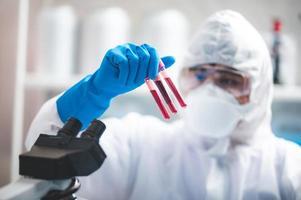 pesquisador segurando amostras de sangue