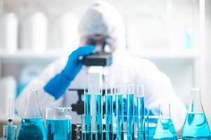 cientista com equipamento de laboratório