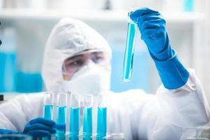 cientista segurando um tubo de ensaio foto