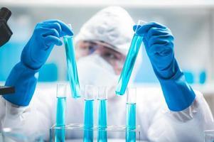 cientista segurando tubos de ensaio foto