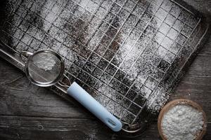 equipamento de pão com farinha e peneira