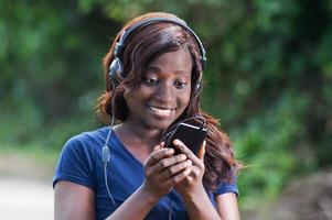 Mulher bonita feliz com sua descoberta em seu celular