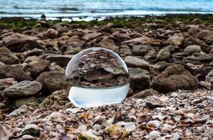 bola de lente em uma praia foto