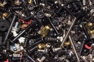close-up de uma pilha de parafusos de metal foto
