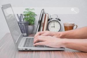 pessoa que usa um laptop para encontrar informações e conhecimento online foto