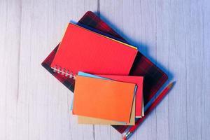 envelopes coloridos e bloco de notas na mesa foto