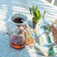 vista superior do clássico gotejamento de café com barista desfocado