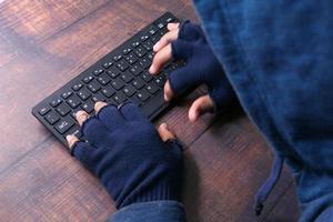 hacker digitando no teclado foto
