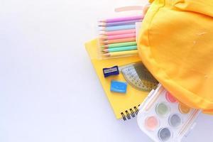 mochila amarela com material escolar e espaço de cópia foto
