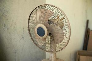 Ventilador elétrico vintage sujo no canteiro de obras