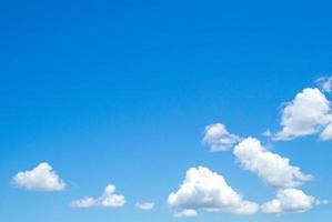 grupo de nuvens fofas com fundo de céu azul claro e espaço de cópia foto