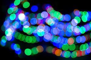 Luzes de bokeh coloridas abstratas em fundo preto