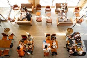 nakhon pathom, tailândia 2018 - vista superior da cafeteria starbucks com pessoas trabalhando dentro foto