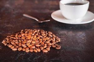 grãos de café e xícara de café foto