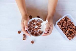 mãos segurando uma tigela de cereal