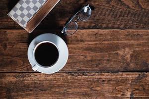 vista superior de café, copos e um livro foto