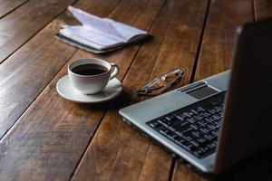 café, copos, laptop e notebook