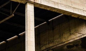 fragmento de um prédio abandonado e inacabado foto