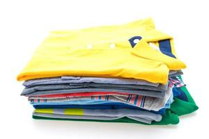 pilha de camisetas e pólo