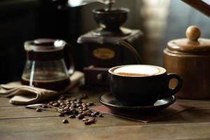 café e chá na mesa com foco seletivo na xícara de cappucino e feijão