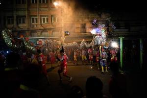 Ratchaburi, Tailândia 2018 - celebração do ano novo chinês com o desfile da manipulação de um dragão voador com fogos de artifício na rua pública no centro da cidade