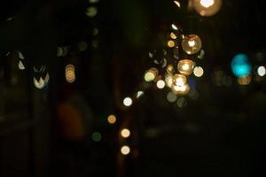 objetos abstratos de foco seletivo de lâmpadas vintage com luzes bokeh no fundo foto