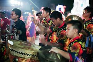 Ratchaburi, Tailândia 2020 - foco seletivo no retrato de um baterista com banda tradicional na celebração do ano novo chinês
