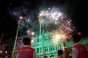 Ratchaburi, Tailândia 2018 - celebração do ano novo chinês com apresentação tradicional de leão com fogos de artifício na rua pública do centro da cidade