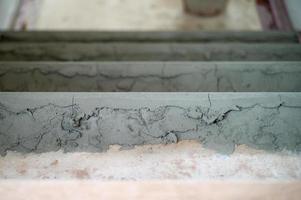 foco seletivo na superfície áspera do cimento no chão