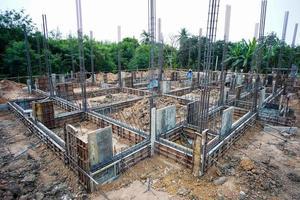 paisagem da casa em construção com aço de reforço foto