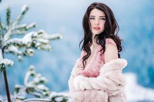 noiva com cabelo castanho, fundo azul das montanhas de inverno foto