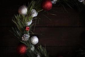 guirlanda de natal de ramos de abeto com decorações de natal foto