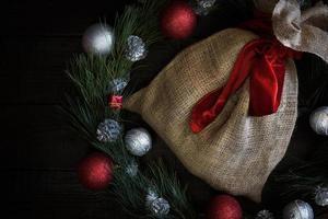 sacola de presente de natal com fita vermelha foto
