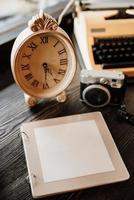 livro de desejos feito de madeira ao lado do relógio uma câmera